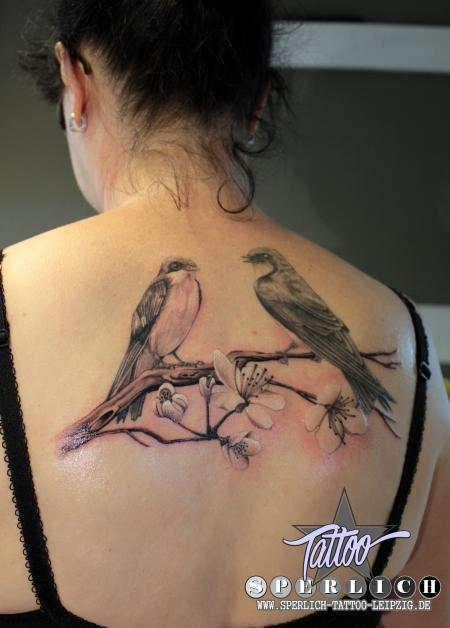 schwalben-Tattoo: Ast, Kirschblüten & Schwalben