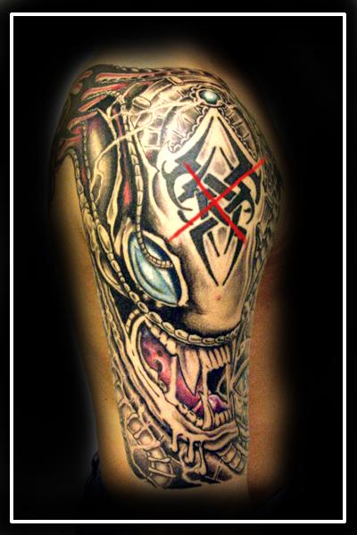 kreuz-Tattoo: Alien