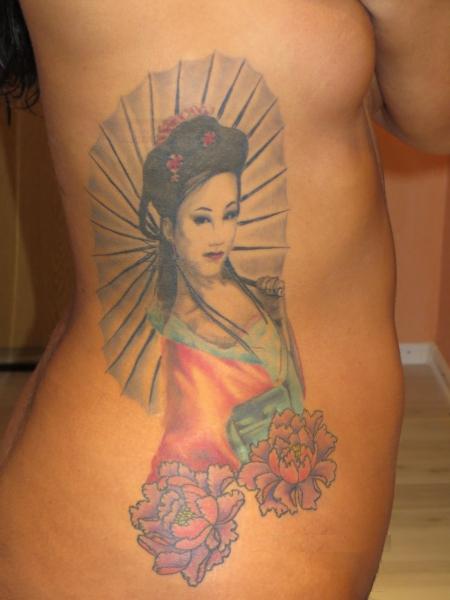 geisha-Tattoo: Asia Geisha mit Schirm und Lotusblüten