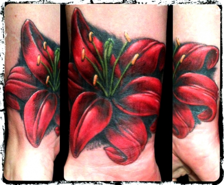 lilie-Tattoo: Cover Up -  Lilie am Handgelenk