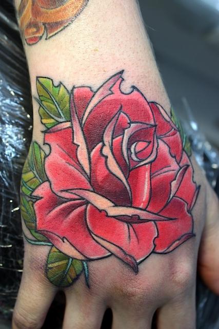 Klassik Rose auf Handrücken. http://www.facebook.com/electrographictattoo