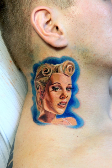 Pin up style am Hals www.electrographictattoo.de
