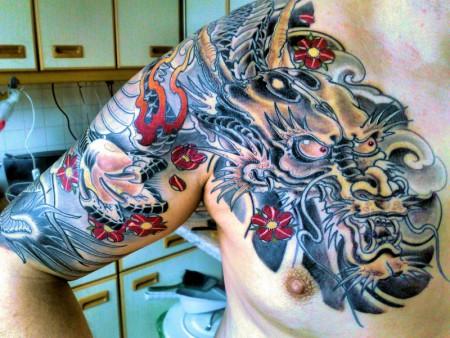 Drachen über meinem Körper mit Farbe
