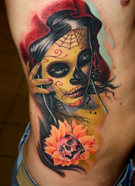totenkopf-Tattoo: Frauenportrait im Stil des mexikanischen Totenkults geschminkt