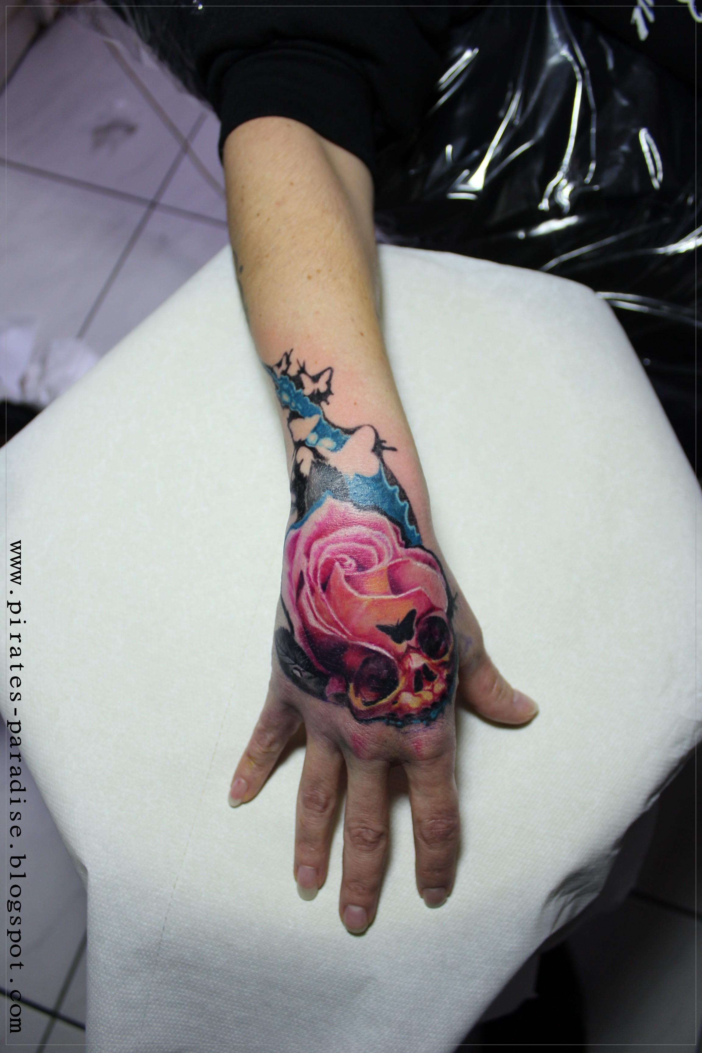 Cptthompson Rose Skull Hand Tattoo Tattoos Von Tattoo Bewertung De