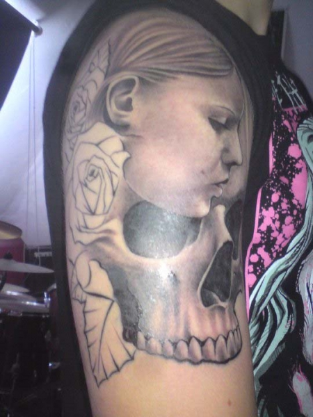 mädchen-Tattoo: Mädchen und Schädel