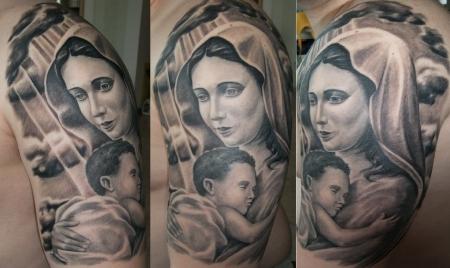 jesus-Tattoo: heilige Maria mit Baby Jesus am Oberarm
