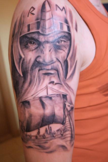 wikinger-Tattoo: Wikinger mit Schiff