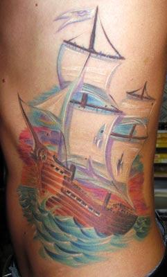 Schiff Tattoo auf den Rippen