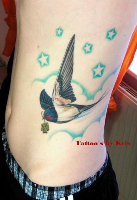 sterne-Tattoo: Schwalbe mit Sternen