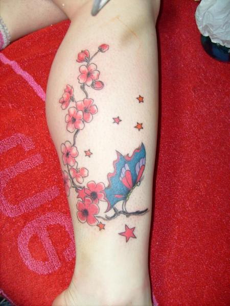 schmetterling mit kirschblüten und sternen