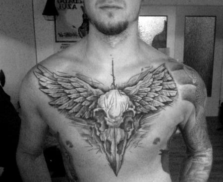 Krähenschädel mit Flügeln