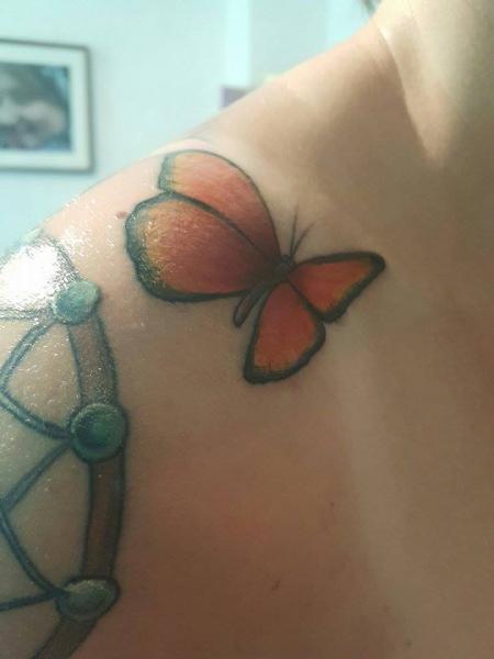 Kleiner Schmetterling - als Überleitung zwischen meinen beiden Tattoos gedacht...