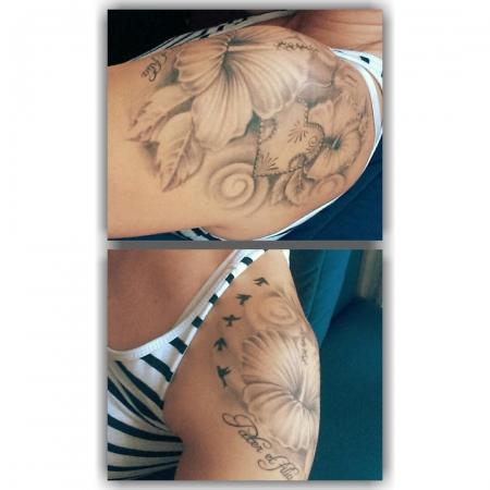 hibiskus-Tattoo: Hibiskus mit Schrift