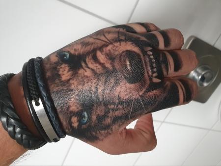 Handrückentattoo Wolf