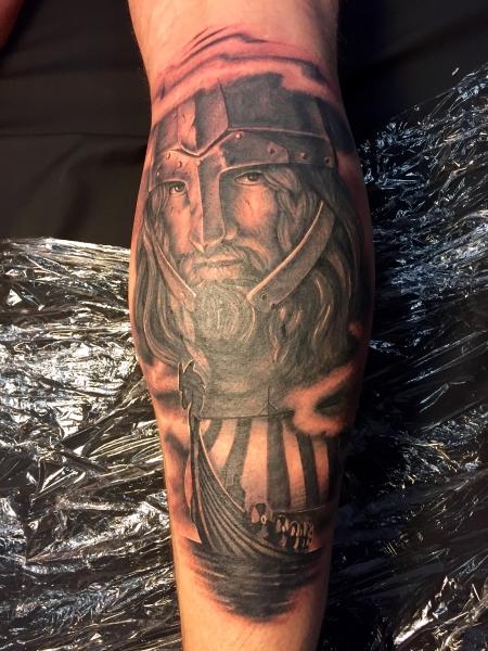 wikinger-Tattoo: Wikinger sticht in See