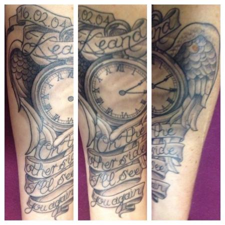 engelsflügel-Tattoo: Taschenuhr