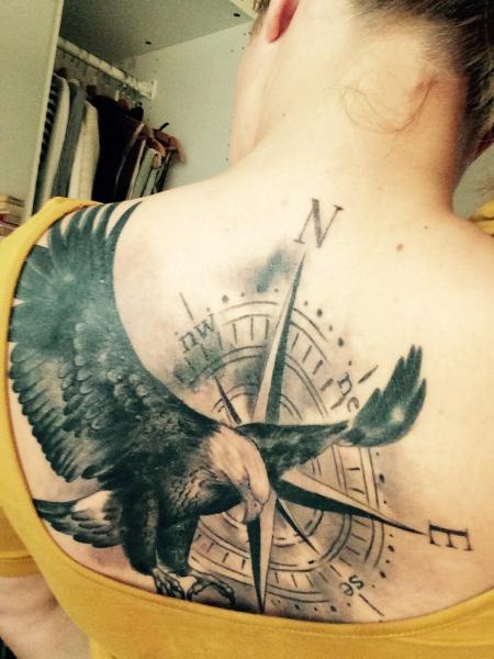 adler-Tattoo: Adler mit Kompass