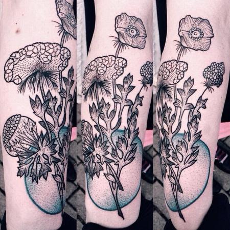 Dotwork Wildblumen am Unterarm