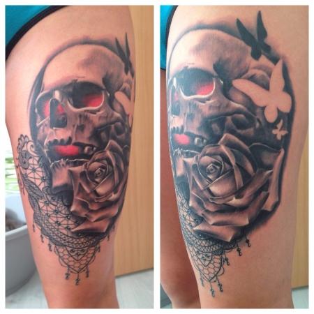 totenkopf-Tattoo: Totenkopf mit Rose und Schmetterlinge