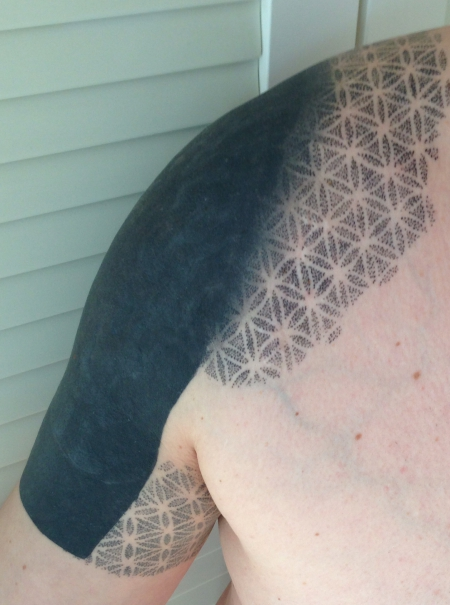 Blackwork / dotwork als Cover über altem Tattoo