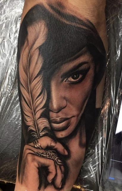 tattoo Religiös Feder Frau Realistik