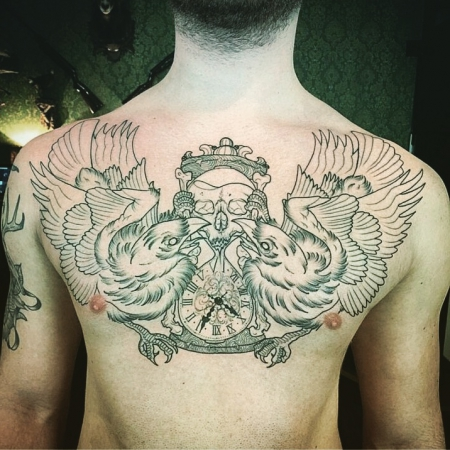sanduhr-Tattoo: Life is fleeting. Raben mit Sanduhr.