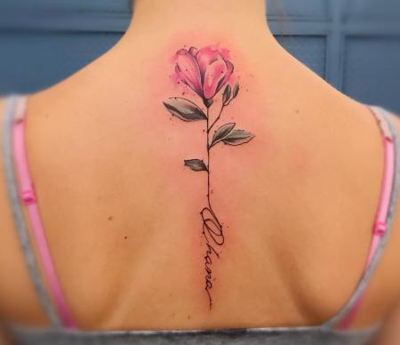 Watercolour Blume mit Ohana Schriftzug aus dem Falling Bird Tattoo Studio Hassloch
