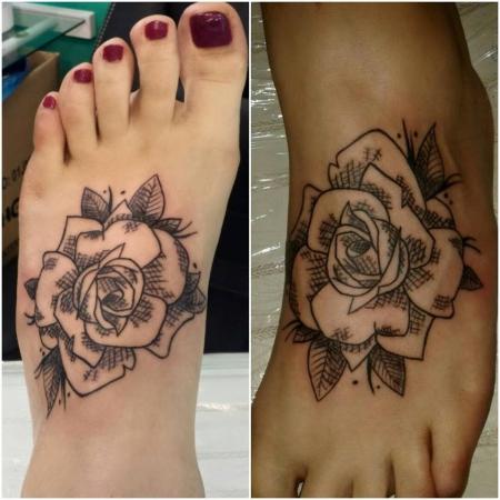 Kleine Rose am Fuß