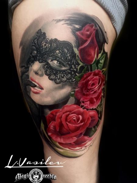 Frauengesicht mit Maske und Rosen