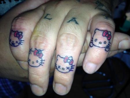 Hello Kitty - nichts sagen, nichts hören, nichts sehen und Stinkefinger