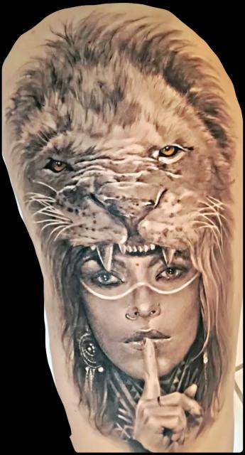 Frau mit Löwe