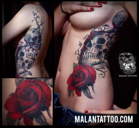 Schädel und Rosen in rot