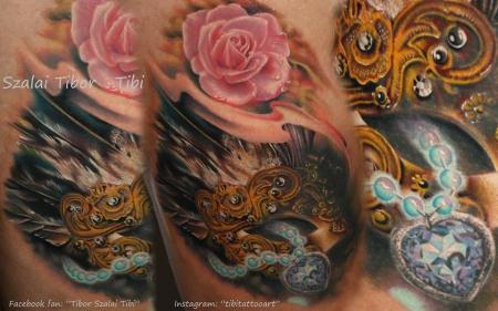 Venezianische Maske mit Rose und Diamantkette