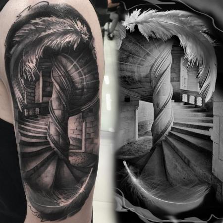 Feder-Tattoo: Architektur - Treppe mit Feder