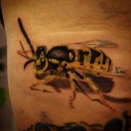 biene-Tattoo: Wespe
