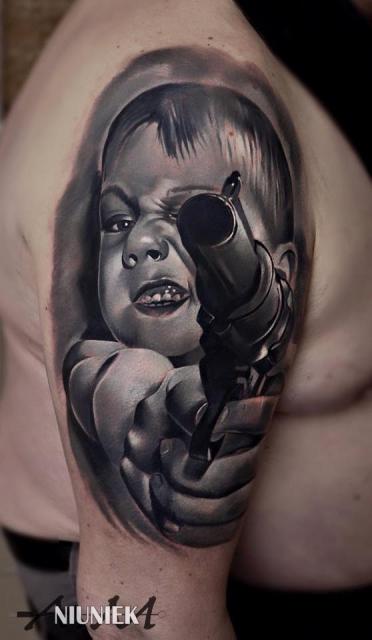 Junge mit Waffe