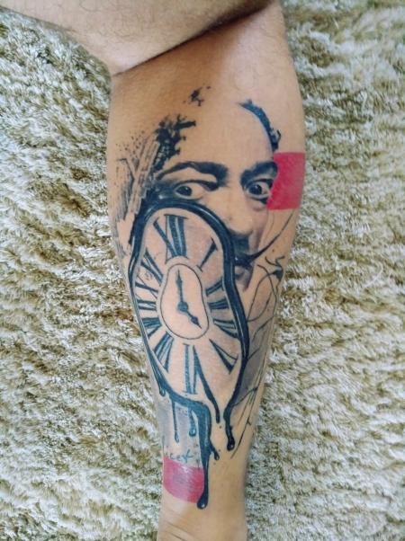 dali-Tattoo: Schmelzende Uhr mit Dali Gesicht