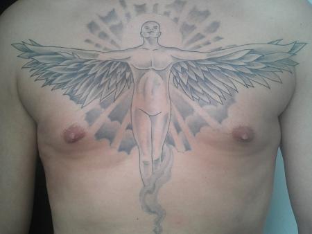 Engel mit ausgebreiteten Flügeln und Rauch oder Qualm im unteren Bereich und Sonne + Strahlen (Schein) im oberen Bereich.
