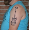Tribal E-Gitarre Tattoo.