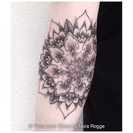 Dotwork Mandala Ellenbogen by PURE LOVE TATTOO Nora Rogge