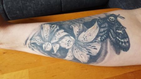 Lilien und Totenkopf Falter