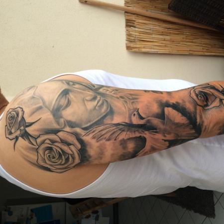 Taube und Rosen auf Oberarm