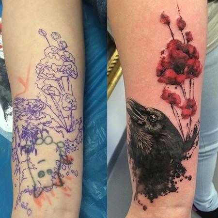 Rabe und Mohnblüten