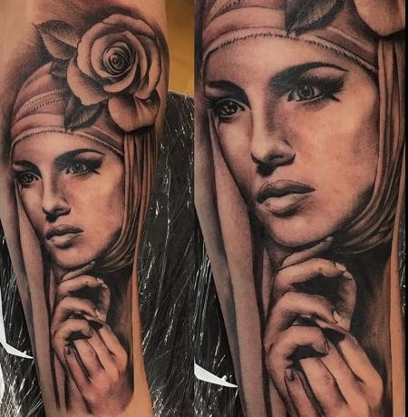 Maria in Modern, mit gehaltenen Händen und einer Roße, Porträt