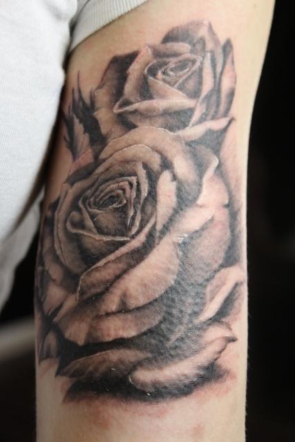 rosen-Tattoo: Rosen auf Oberarm Innen