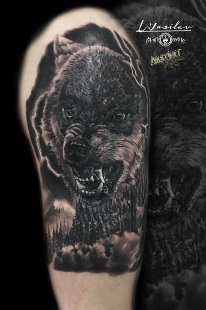 Böser Wolf über Waldlandschaft