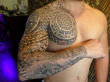 Maori-Tattoo: Maori / Mandala / Geometrie Mix GanzArmTattoo inkl. Brust