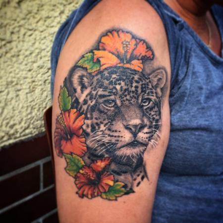 leopard-Tattoo: Leopard mit Blumen