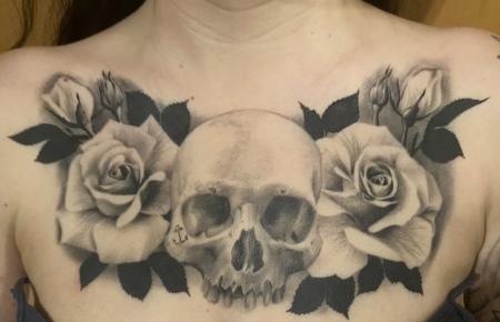 Dekolleté Tattoo - Totenkopf und Rosen